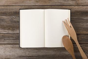 Libro di cucina con posate appoggiate