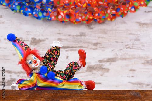 lustiger clown mit kost m und luftschlangen photo libre de droits sur la banque d 39 images. Black Bedroom Furniture Sets. Home Design Ideas