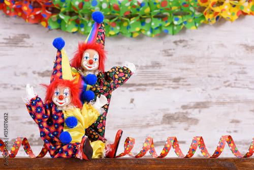lustiger clown mit kost m und luftschlangen stockfotos und lizenzfreie bilder auf. Black Bedroom Furniture Sets. Home Design Ideas