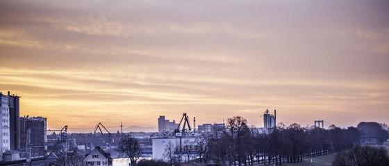 Sonnenaufgang über einem Kölner Industriegebiet