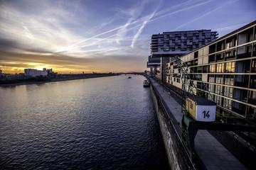 Kran am Zollhafen in Köln am Rhein im Sonnenaufgang
