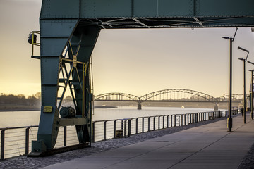 Südbrücke und Kran am Zollhafen in Köln im Sonnenaufgang