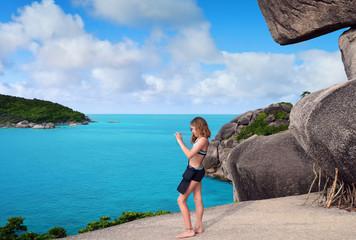 jeune fille prenant une photo du paysage