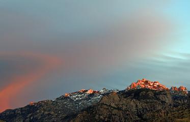 Schneebedeckter Berggipfel der Catalina Mountains in Tucson, Arizona, USA, im Abendsonnenschein