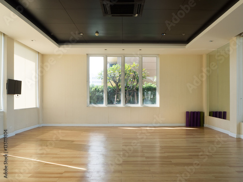 Quot empty fitness room with yoga mat fotos de archivo e