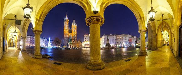 Autocollant pour porte Cracovie Panoramic view of Sukiennice and St. Mary's Church at night in Krakow, Poland