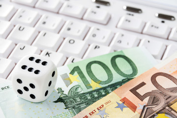 Würfel mit Euro Geldscheine und Tastatur