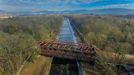 Brücke über der Wiese