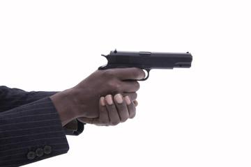 Mano di uomo con pistola su fondo bianco