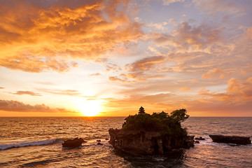 Keuken foto achterwand Temple Sunset at Tanah Lot temple. Bali island, Indonesia.