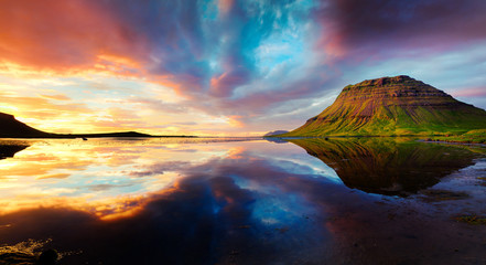 Colorful summer sunset with Kirkjufell Mountain in Grundarfjordu 壁紙(ウォールミューラル)