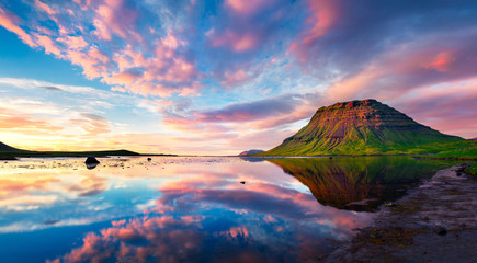 Foto auf AluDibond Insel Colorful summer sunset with Kirkjufell Mountain in Grundarfjordu