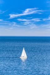 Offenes Meer mit einem Segelboot