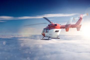 Hubschrauber über den Wolken