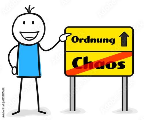 """""""Figur zeigt auf Wegweiser Schild mit Ordnung und Chaos ..."""