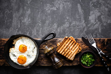 Photo sur Toile Ouf fried eggs on dark background with space for text