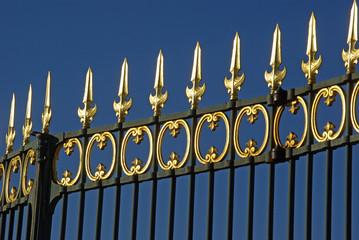Grilles dorées au jardin des Tuileries à Paris, France