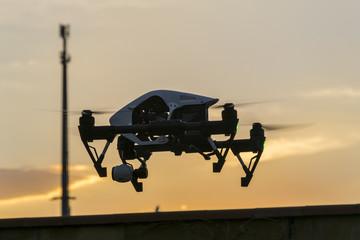 Drone APR in volo al tramonto