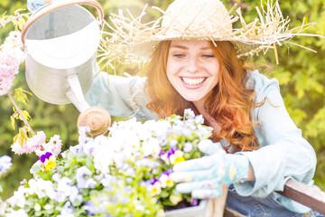 Frau beim Blumengiessen