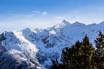 красивый вид на снежные горы, заповедный лес, зимний пейзаж, природа Северного Кавказа