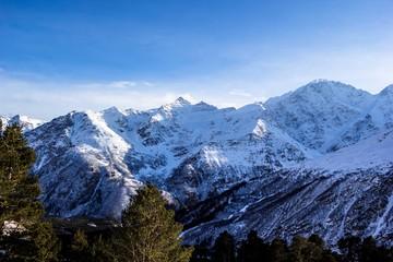 красивый вид на снежные вершины, горное ущелье, высокие склоны, зимний пейзаж, природа Северного Кавказа, заповедник