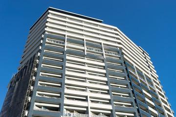修繕工事を始めようとしている日本のタワーマンションの風景