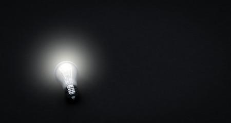 Glühbirne in der Dunkelheit - Konzept Idee, Energie, Ökologie