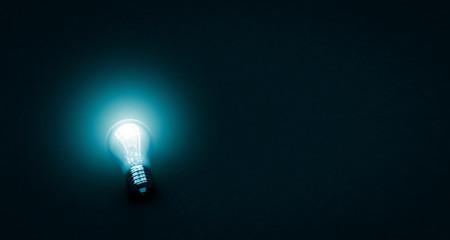Glühbirne im Dunkeln - Konzept Idee oder Elektrizität