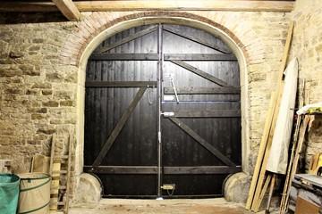 An image of a barn door