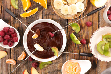 chocolate fondue with fruits