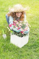 Frau liebt ihre Blumen