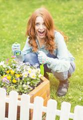 Frau mit Blumen im Garten