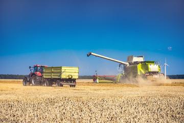 Mähdrescher auf Feld mit Traktor