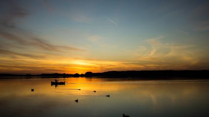 Sonnenuntegang am See mit Ruderboot