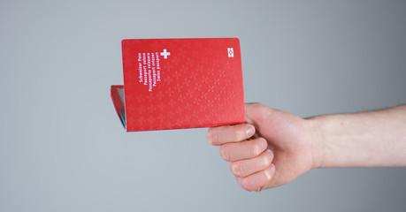 Schweizer Pass in der Hand