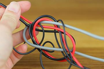 もつれた電気ケーブル