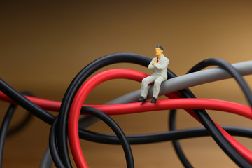 もつれた電気ケーブルとビジネスマン