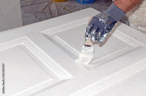 maler t r streichen stockfotos und lizenzfreie bilder auf bild 135435437. Black Bedroom Furniture Sets. Home Design Ideas