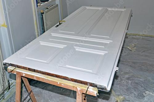 maler t r streichen immagini e fotografie royalty free su file 135436240. Black Bedroom Furniture Sets. Home Design Ideas