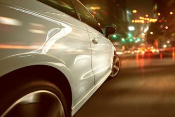 Auto während einer städtischen Nachtfahrt