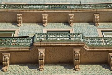 Hausfassade mit kleinen Balkone