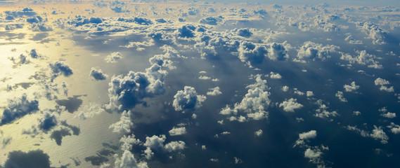 Panorama Luftaufnahme - Ozean mit Wolken und Sonnenschein