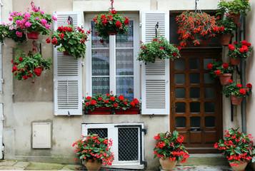 mit Blumen geschmücktes Haus