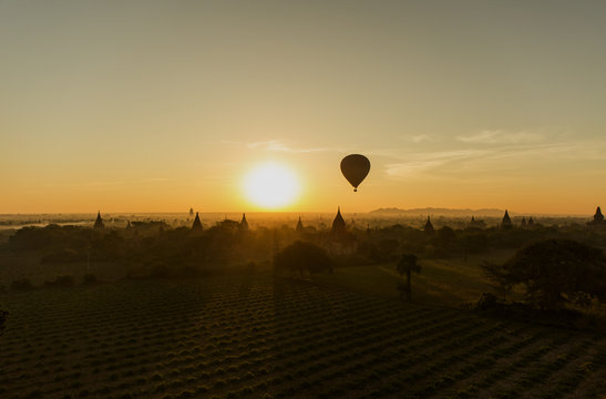 Lever de soleil sur Bagan, Birmanie