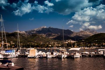 Hafen mit Gebirge im Hintergrund Mallorca