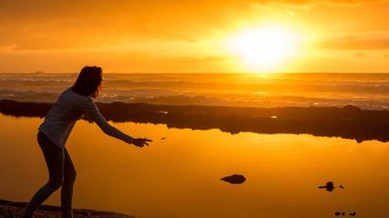 Frau im malerischen Sonnenuntergang