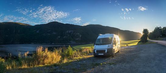 Mit dem Wohnmobil durch Norwegen, zwischen Trondheim und Kristiansund. Fjordlandschaft mit Sonnenaufgang.