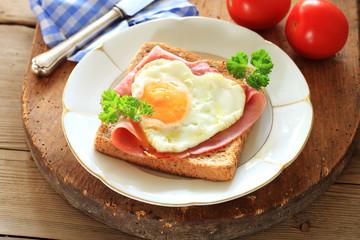 Toast mit Schinken und Ei Herz