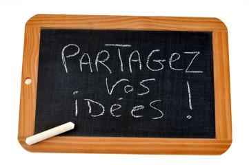 Ardoise avec partagez vos idées écrit dessus