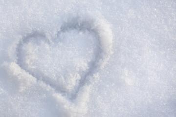 Рисунок сердца на снегу.